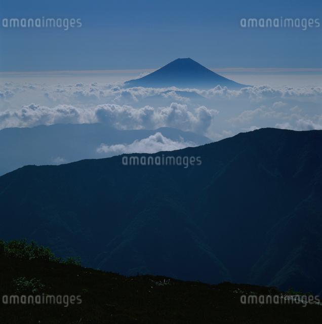 千枚岳の雲海と富士山の写真素材 [FYI03347791]