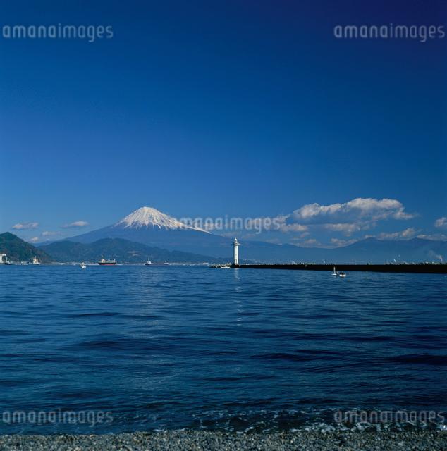 三保海岸から望む灯台と富士山の写真素材 [FYI03347794]