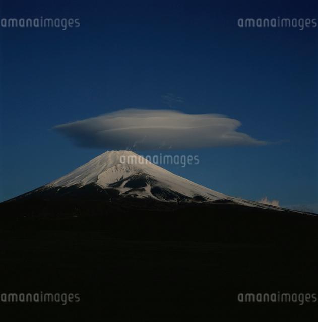 十里木高原から望む笠雲と富士山の写真素材 [FYI03347800]