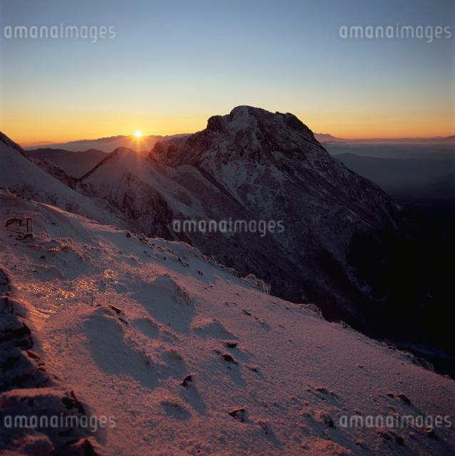 八ヶ岳から望む日の入りの写真素材 [FYI03347811]