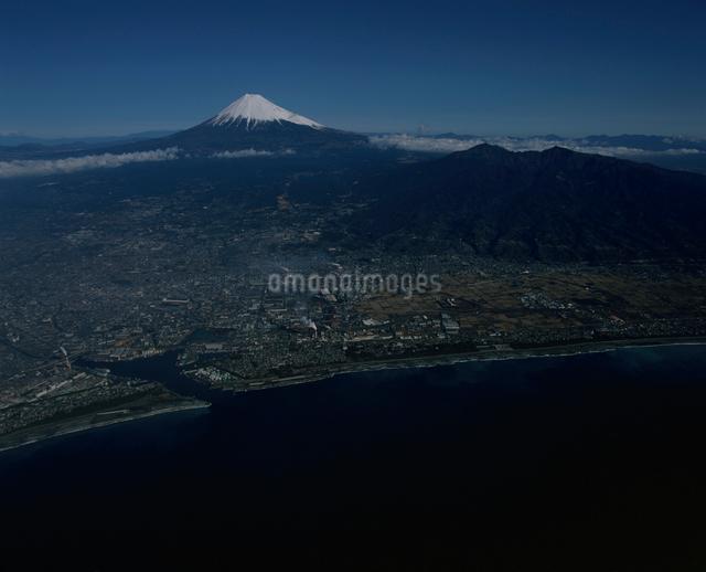 富士市上空から望む富士山の写真素材 [FYI03347814]