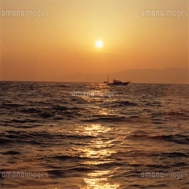 三保海岸から望む日の出と漁船の写真素材 [FYI03347823]