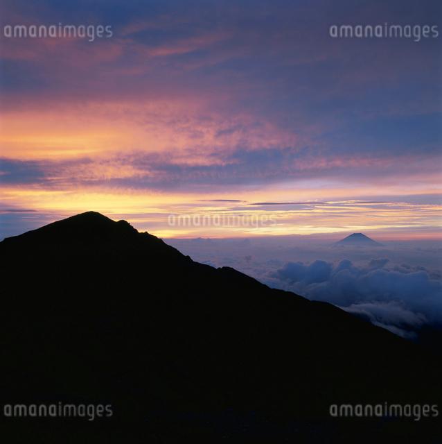 中岳から望む悪沢岳シルエットと富士山の朝焼けの写真素材 [FYI03347836]