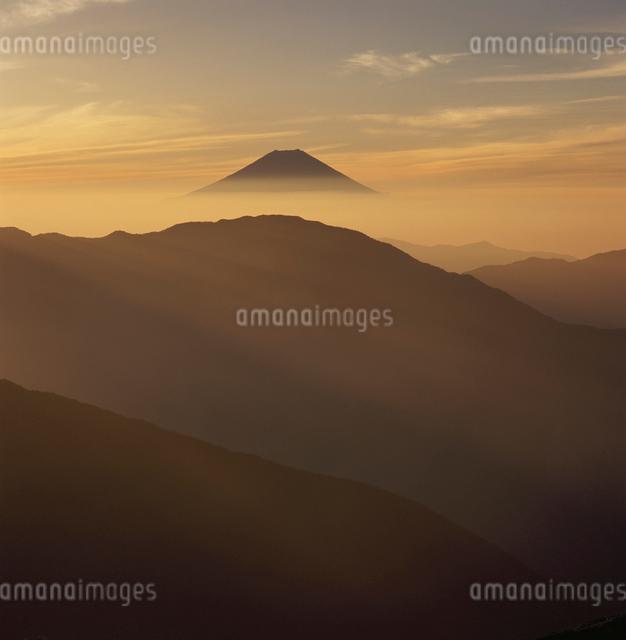 茶臼岳から望む朝焼けの富士山の写真素材 [FYI03347838]