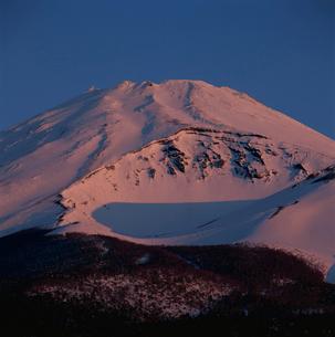 西臼塚より望む朝焼けの富士山の写真素材 [FYI03347839]