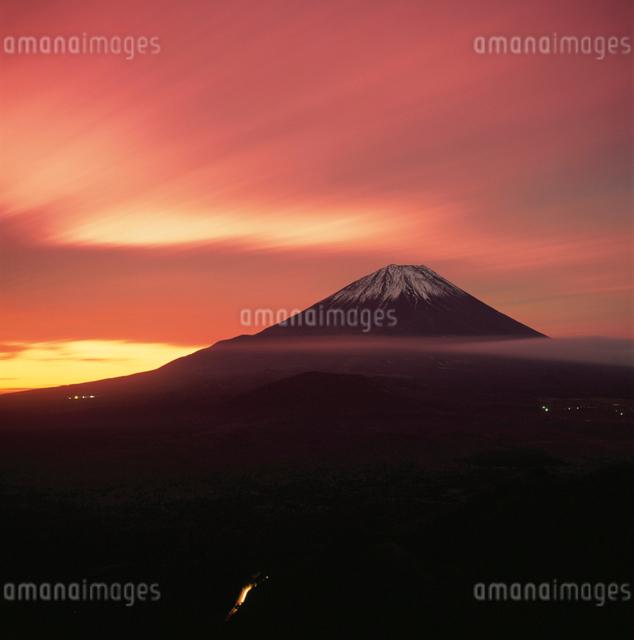 パノラマ台から望む朝焼けの富士山の写真素材 [FYI03347841]