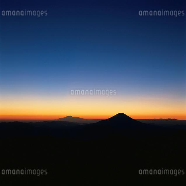 赤石岳から望む夜明けの富士山の写真素材 [FYI03347844]