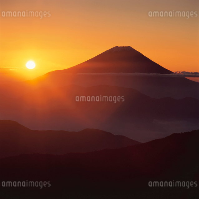 千枚岳から望む日の出と富士山の写真素材 [FYI03347848]