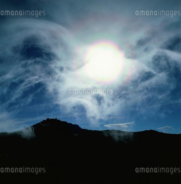 富士山山頂の光芒の写真素材 [FYI03347851]