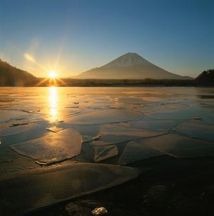 精進湖の日の出と富士山と氷の造型の写真素材 [FYI03347852]
