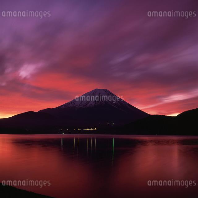 本栖湖の朝焼けと富士山の写真素材 [FYI03347853]