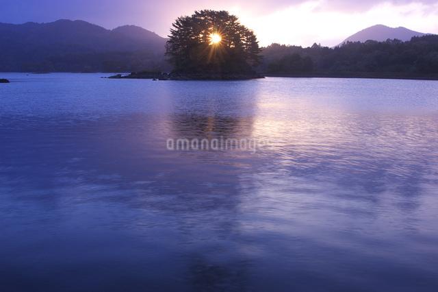 朝の小野川湖の写真素材 [FYI03347886]