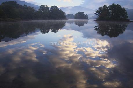 小野川湖の水鏡の写真素材 [FYI03347888]