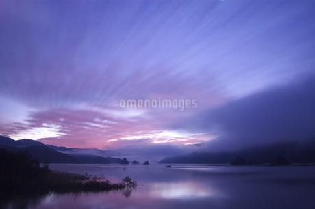 秋元湖の朝の写真素材 [FYI03347891]
