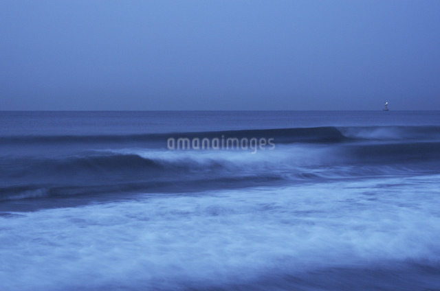 湘南の未明の波の写真素材 [FYI03347897]