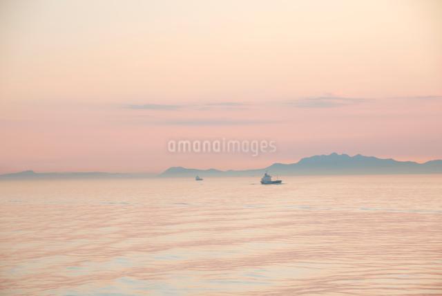 瀬戸内海を航行する貨物船の写真素材 [FYI03347911]