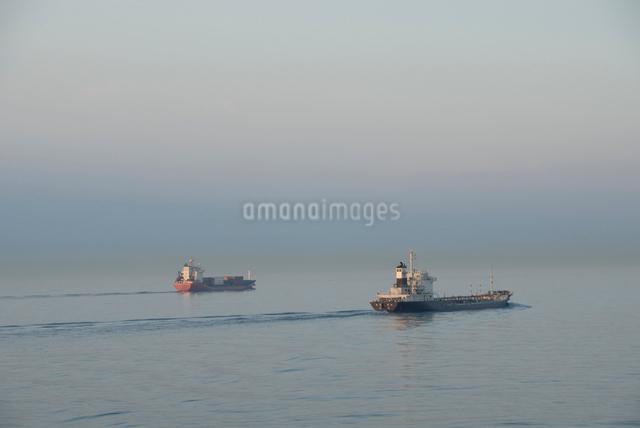 瀬戸内海を航行する貨物船の写真素材 [FYI03347913]