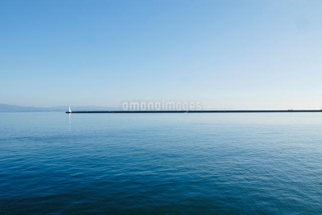 大分港フェリー埠頭より見る防波堤と灯台の写真素材 [FYI03347914]