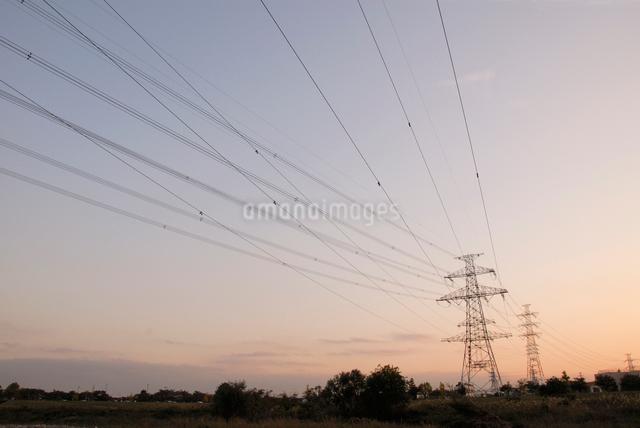 送電線と鉄塔の写真素材 [FYI03347916]