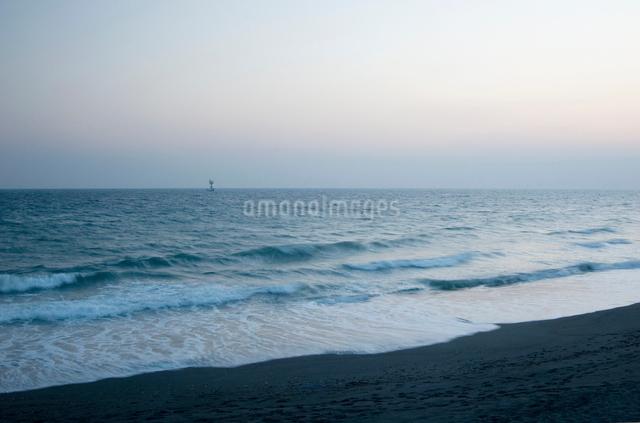 砂浜より見る夕暮れの海の写真素材 [FYI03347917]