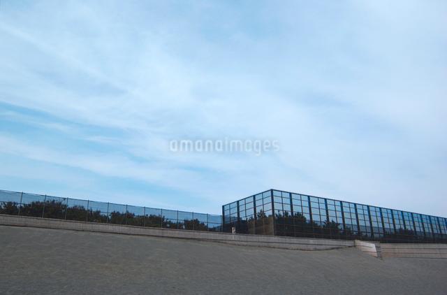 茅ヶ崎海岸の防砂フェンスの写真素材 [FYI03347918]