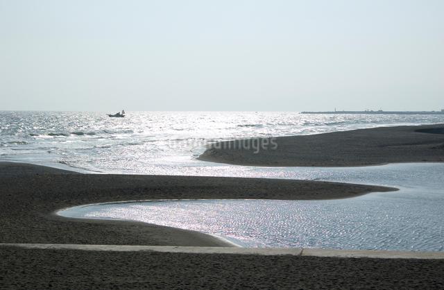 砂浜より見る花水川河口の写真素材 [FYI03347922]
