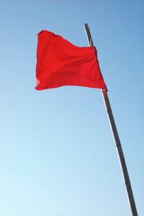 青空と赤い旗の写真素材 [FYI03347925]