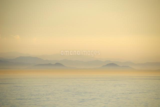 フェリーから見る瀬戸内海の暮景の写真素材 [FYI03347931]