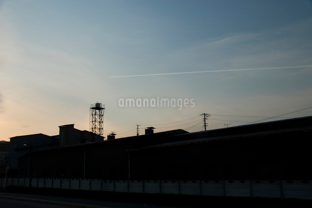 給水塔と飛行機雲の写真素材 [FYI03347932]
