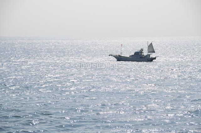 海岸より望む海と漁船の写真素材 [FYI03347937]