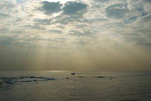 夜明けの光芒の写真素材 [FYI03347947]