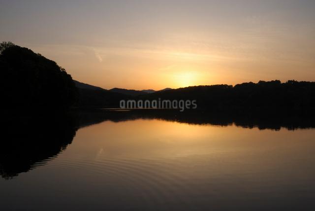 夕暮れの湖の写真素材 [FYI03347948]