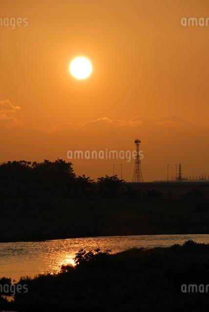 多摩川の夕日の写真素材 [FYI03347953]