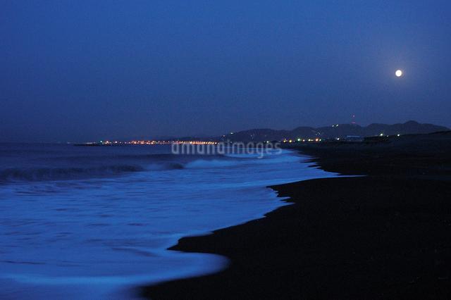 夜明け前の海岸と満月の写真素材 [FYI03347959]