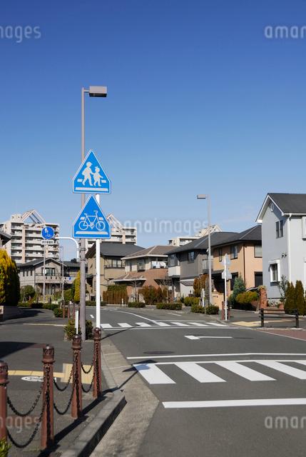 住宅街の横断歩道の写真素材 [FYI03347960]