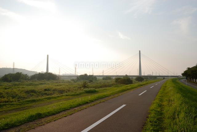 多摩川のサイクリングロードの写真素材 [FYI03347971]