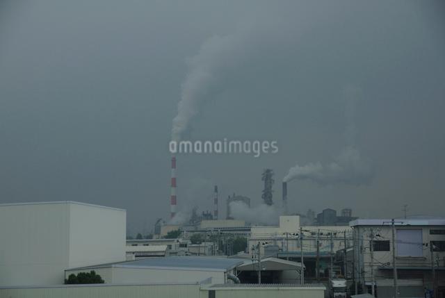 工業地帯の煙突の写真素材 [FYI03347973]