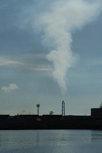 大分港の工場の煙突と煙の写真素材 [FYI03347977]