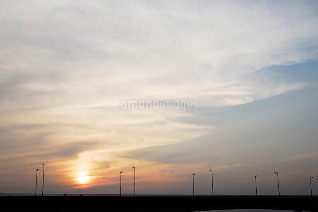 夕暮れの稲城大橋の写真素材 [FYI03347988]