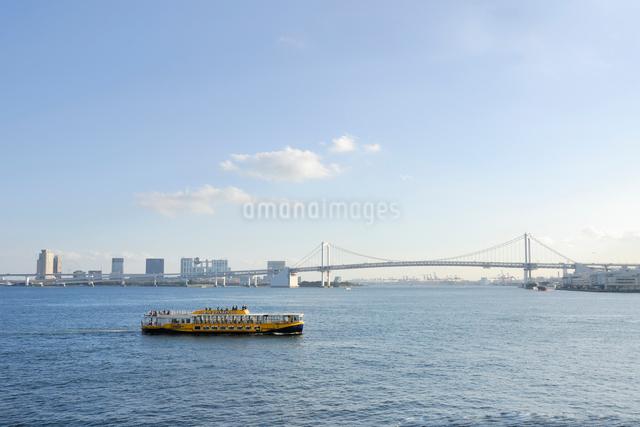 水上バスとレインボーブリッジの写真素材 [FYI03347990]