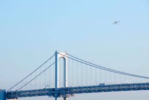 レインボーブリッジとジェット機の写真素材 [FYI03347991]