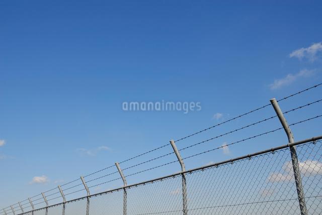 青空とフェンスの写真素材 [FYI03347993]
