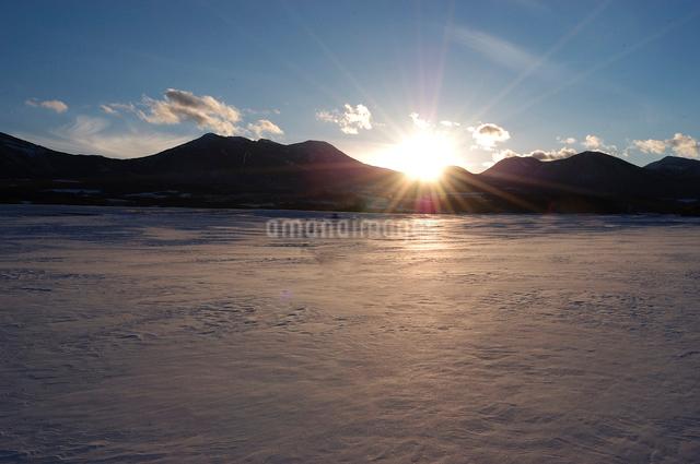 夕日と雪原の写真素材 [FYI03348002]