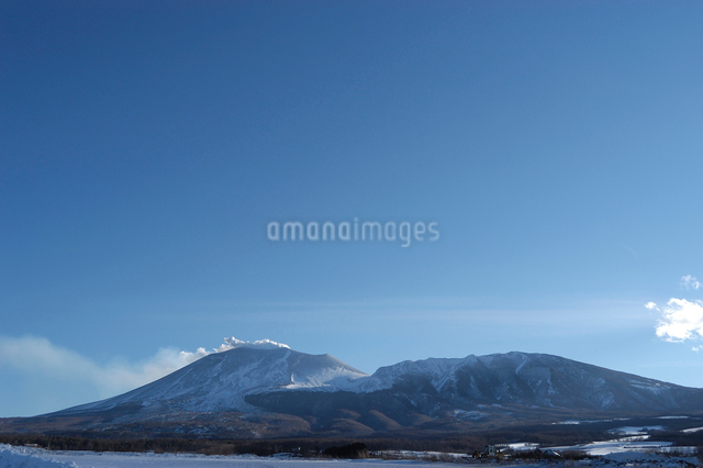 噴煙を上げる冬の浅間山の写真素材 [FYI03348007]