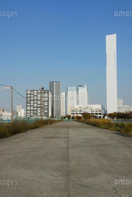 晴海清掃工場の煙突と高層マンションの写真素材 [FYI03348017]