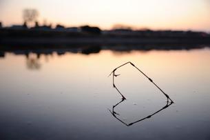 静かな河畔のハートの写真素材 [FYI03348024]