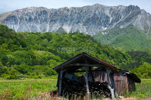 大山南壁と稲架小屋の写真素材 [FYI03348092]