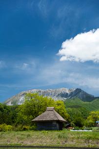 茅葺の納屋と伯耆大山の写真素材 [FYI03348127]