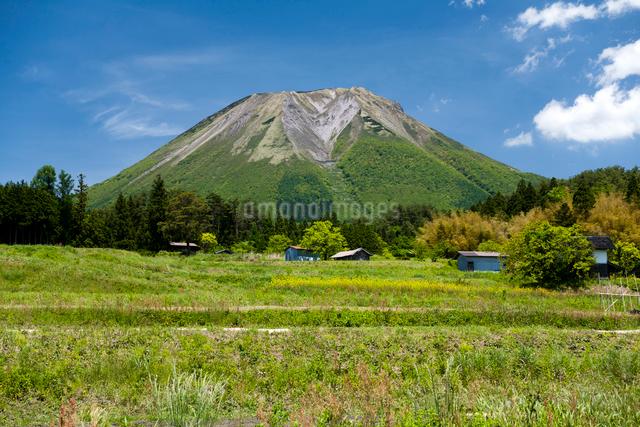新緑の山里と伯耆大山の写真素材 [FYI03348146]