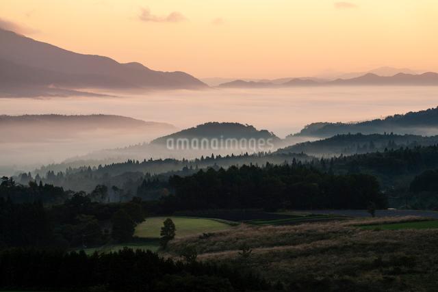 霧の海に沈む蒜山高原の写真素材 [FYI03348257]
